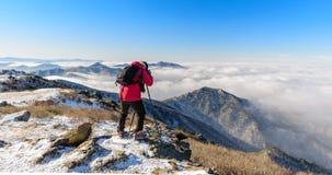 Turistas que toman las fotos de la niebla en las montañas de Deogyusan Imagen de archivo