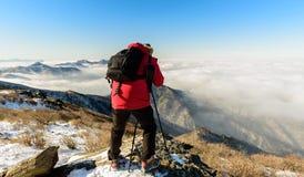 Turistas que toman las fotos de la niebla en las montañas de Deogyusan Fotos de archivo