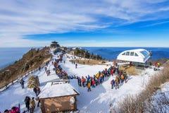 Turistas que toman las fotos del paisaje hermoso y que esquían alrededor de Deogyusan, Corea del Sur imagen de archivo libre de regalías