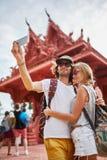 Turistas que toman las fotos en el templo en el samui Tailandia de la KOH imagen de archivo libre de regalías