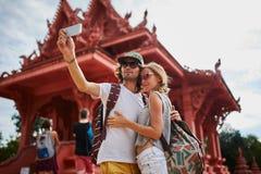 Turistas que toman las fotos en el templo en el samui Tailandia de la KOH foto de archivo