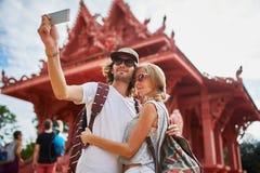 Turistas que toman las fotos en el templo en el samui Tailandia de la KOH fotos de archivo