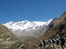 Turistas que trekking na região de Annapurna fotografia de stock royalty free
