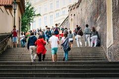 Turistas que vão acima a escadaria ao castelo de Praga imagens de stock royalty free