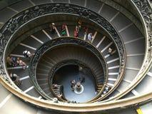 Turistas que van abajo de la escalera moderna de Bramante en el museo del Vaticano Fotografía de archivo libre de regalías