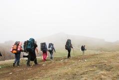 Turistas que van de excursión a través de meseta. Fotografía de archivo