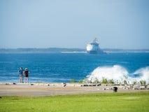 Turistas que ven las ondas que golpean el filón en la bahía de Benoa foto de archivo libre de regalías