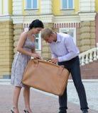Turistas que verific sua bagagem Fotografia de Stock Royalty Free