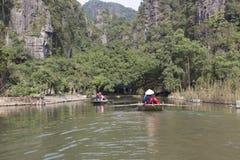 Turistas que viajan en barco a lo largo de Ngo Dong River Foto de archivo libre de regalías