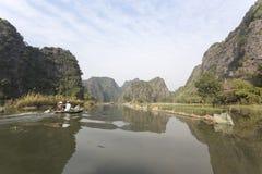 Turistas que viajan en barco a lo largo de Ngo Dong River Imagenes de archivo
