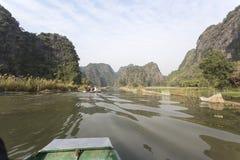 Turistas que viajan en barco a lo largo de Ngo Dong River Fotos de archivo