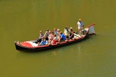 Turistas que viajan en un barco en Arno River Foto de archivo libre de regalías