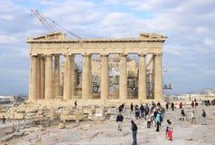 Turistas que visitam a acrópole imagens de stock