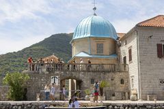 turistas que visitam as vistas, foto de stock