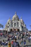 Turistas que visitam a basílica do coração sagrado de Paris Imagens de Stock