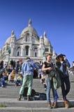 Turistas que visitam a basílica do coração sagrado de Paris Foto de Stock Royalty Free