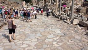 Turistas que visitam a cidade antiga de Ephesus, Turquia Imagens de Stock