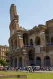 Turistas que visitam Colosseum ou coliseu em Roma Itália Imagens de Stock Royalty Free