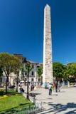 Turistas que visitam o obelisco murado no hipódromo, Istambul fotografia de stock