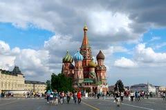 Turistas que visitam St Basil Cathedral, quadrado vermelho, Moscou Foto de Stock