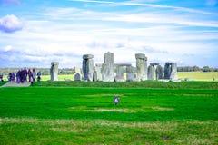 Turistas que visitam Stonehenge, um monumento de pedra pré-histórico em Salisbúria, Wiltshire, Inglaterra, Reino Unido foto de stock