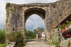 Turistas que visitan al santo-Cirq-Lapopie en Francia Imagen de archivo libre de regalías