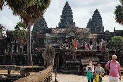 Turistas que visitan el Angkor Wat y que toman las fotos imagen de archivo