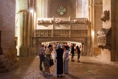 Turistas que visitan el interior gótico Imágenes de archivo libres de regalías