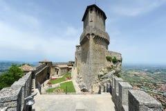 Turistas que visitan el La Rocca fortless en Borgo Maggiore, San Marin Fotos de archivo libres de regalías