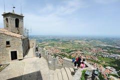 Turistas que visitan el La Rocca fortless en Borgo Maggiore, San Marin Fotografía de archivo libre de regalías