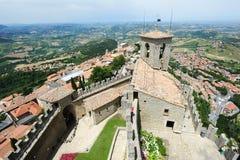 Turistas que visitan el La Rocca fortless en Borgo Maggiore, San Marin Foto de archivo libre de regalías