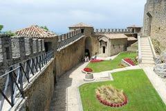 Turistas que visitan el La Rocca fortless en Borgo Maggiore, San Marin Foto de archivo