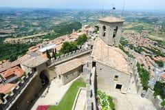 Turistas que visitan el La Rocca fortless en Borgo Maggiore, San Marin Imagenes de archivo