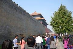 turistas que visitan el palacio del museo Pekín Foto de archivo
