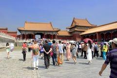 Turistas que visitan el palacio prohibido, Pekín, China fotos de archivo libres de regalías