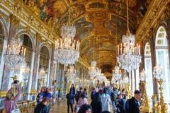Turistas que visitan el Pasillo de espejos en Versalles, Francia foto de archivo libre de regalías
