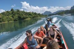 2018-02-01 turistas que visitan el tha del lago del sok del khao del parque nacional Fotografía de archivo