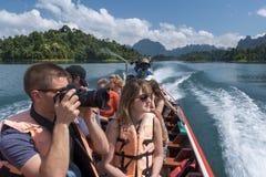 2018-02-01 turistas que visitan el tha del lago del sok del khao del parque nacional Imagen de archivo