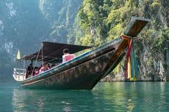 2018-02-01 turistas que visitan el tha del lago del sok del khao del parque nacional Imagen de archivo libre de regalías