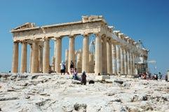 Turistas que visitan la acrópolis - Parthenon Imagen de archivo libre de regalías