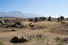 Turistas que visitan la atracción Karahunj armenia Fotos de archivo