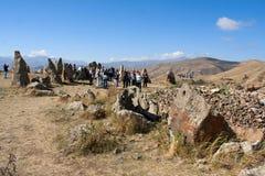Turistas que visitan la atracción Karahunj armenia Foto de archivo libre de regalías