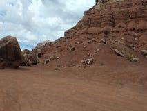 Turistas que visitan la casa de la roca en el desierto metrajes