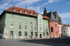 Turistas que visitan la iglesia del St Barbara redondeada, Kraków, Polonia Imagenes de archivo