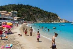 Turistas que visitan la playa del pueblo de Agios Nikitas, Lefkada, islas jónicas, Gree foto de archivo libre de regalías