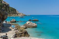 Turistas que visitan la playa del pueblo de Agios Nikitas, Lefkada, islas jónicas, Gree imagenes de archivo