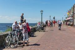 Turistas que visitan la 'promenade' a lo largo del mar de U Fotografía de archivo libre de regalías