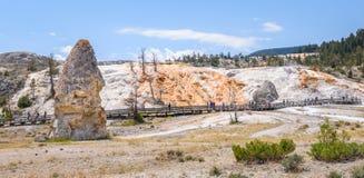 Turistas que visitan la terraza de Liberty Cap y de la paleta en el área de Mammoth Hot Springs Parque de Yellowstone Imagen de archivo