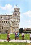 Turistas que visitan la torre inclinada de Pisa Italia - señales italianas famosas Imágenes de archivo libres de regalías
