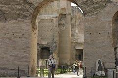 Turistas que visitan las ruinas de Roma imagenes de archivo
